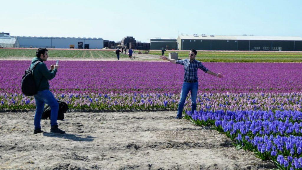 Op de foto met de bloemen