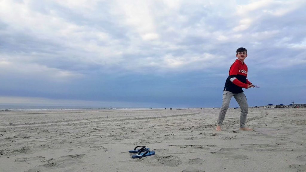 Frisbeeën op het strand